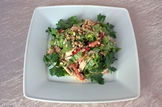 Salad with gilled chicken beast & pine nut