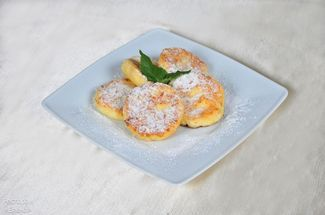 Cottage cheese pancakes seved with sou cиme